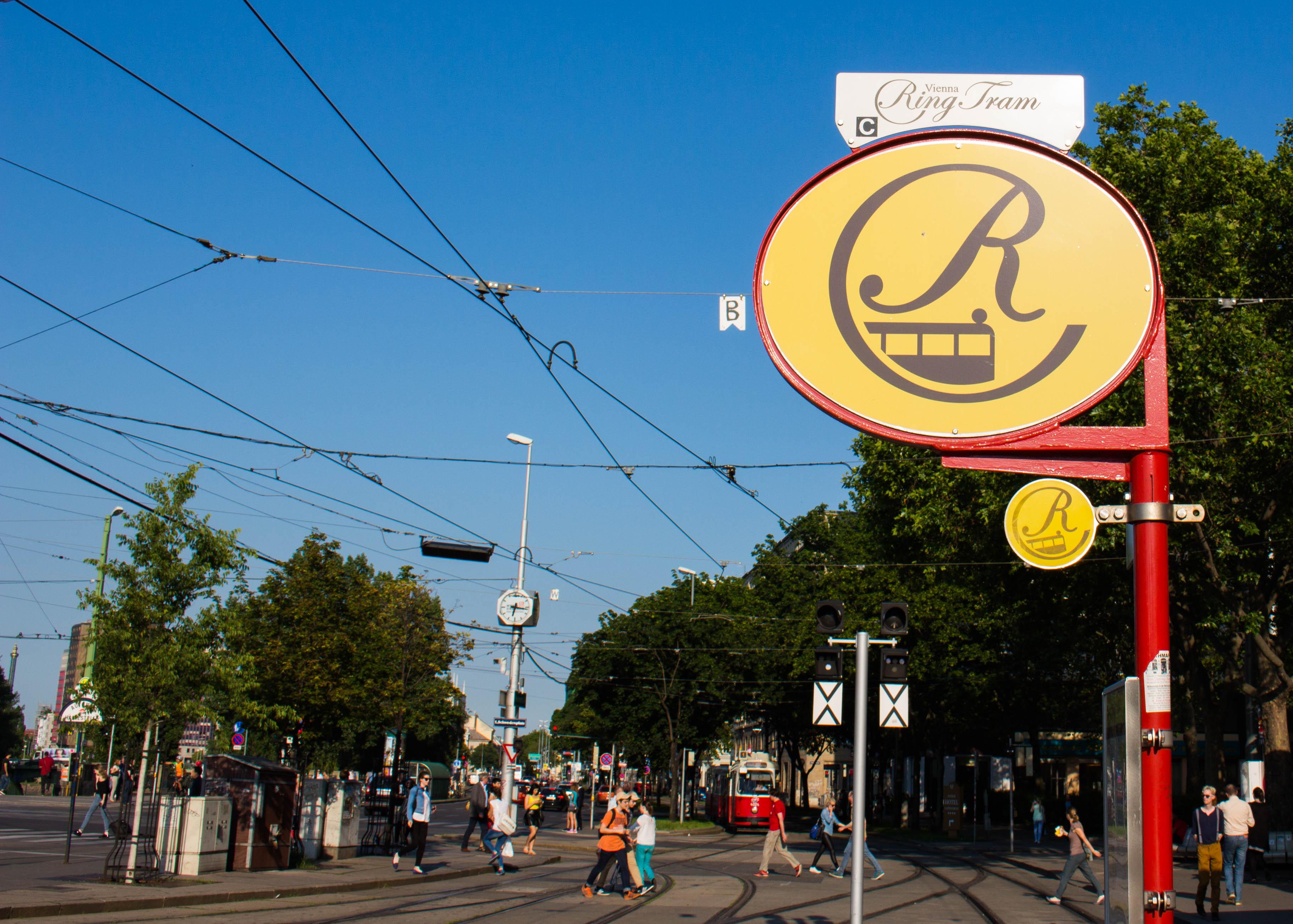 Startpunkt unserer Tour: Die Ein- & Ausstiegs-Haltestelle der Wiener Ringtram am Schwedenplatz