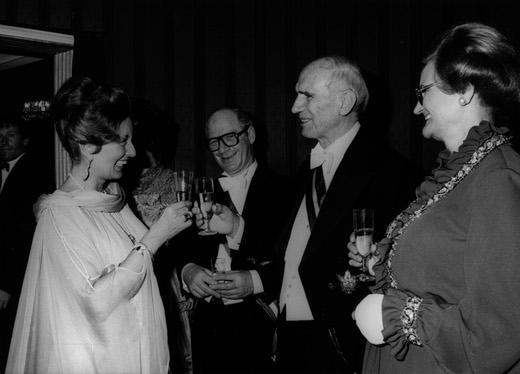 Lotte Tobisch als Organisatorin des Wiener Opernballs mit Auflenminister Pahr und Bundespräseident Kirchschläger © Franz Votava