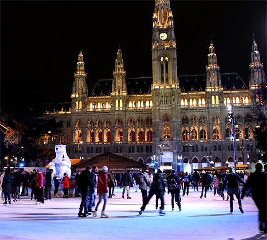 Blick auf das Rathaus von der Eisfläche aus