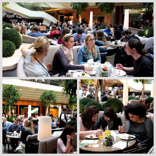 Überblick über gefülltes Garten Café des Wiener Marriotts