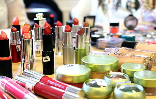 Diverse Lippenstifte und anderes Make-Up