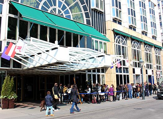 Menschenschlange vor dem Marriott, vormittags